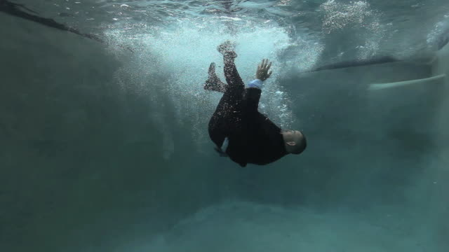 vidéos et rushes de ws businessman falling into pool, struggling to surface / richmond, virginia, usa - 45 49 ans