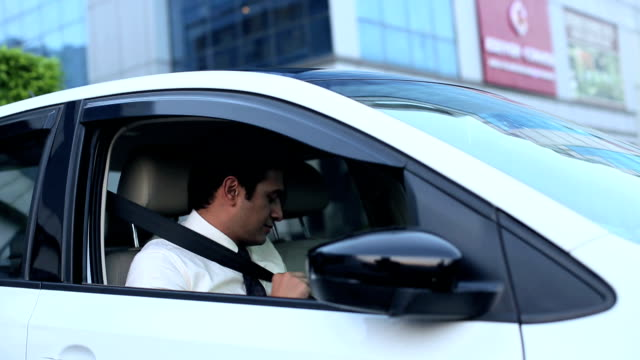 stockvideo's en b-roll-footage met businessman fastening car seat belt, delhi, india - veiligheidsgordel