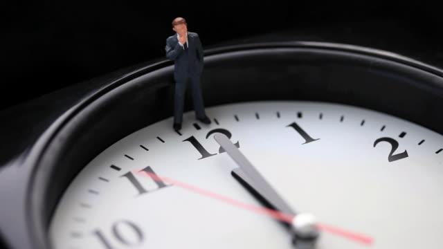 vídeos de stock e filmes b-roll de  cu businessman figure on wall clock / shibuya, tokyo, japan - figura masculina