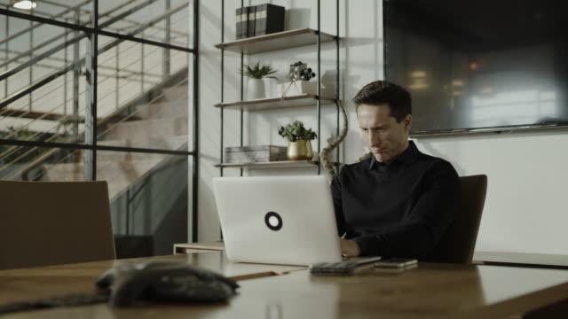 businessman finishing working and closing lid of laptop / centerville, utah, united states - mellan 30 och 40 bildbanksvideor och videomaterial från bakom kulisserna