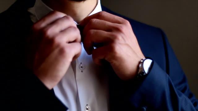 vidéos et rushes de homme d'affaires fixation sa cravate - shirt and tie