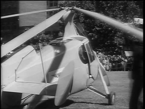 vidéos et rushes de b/w 1936 businessman folding back rotor blades of autogiro / washington dc - 1936