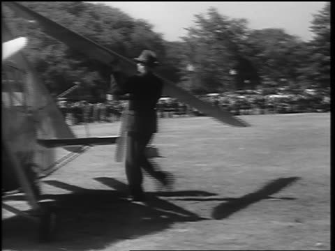 vidéos et rushes de b/w 1936 pan businessman folding back rotor blades of autogiro / washington dc - 1936