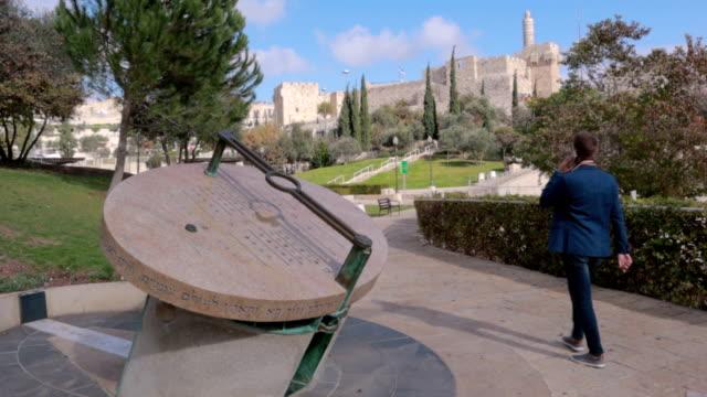 stockvideo's en b-roll-footage met zakenman van yemin moshe, jeruzalem, israël wandelen - stock video - oost jeruzalem
