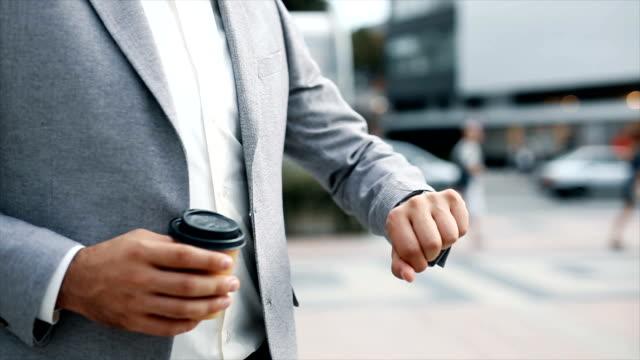 仕事に戻るビジネスマン - 腕時計点の映像素材/bロール