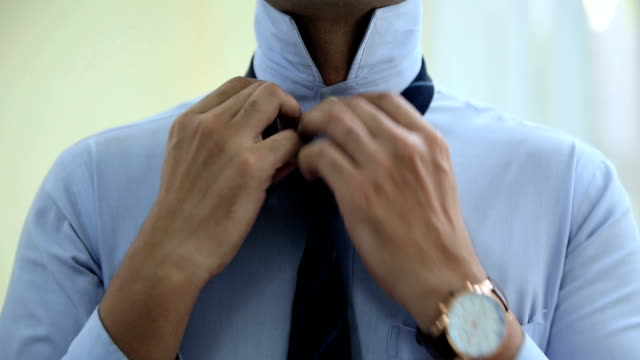 vídeos y material grabado en eventos de stock de businessman getting dressed, delhi, india - camisa con botones