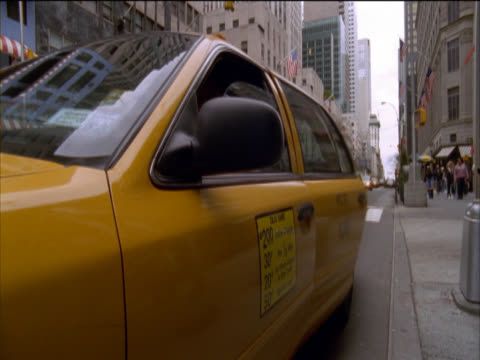 vidéos et rushes de businessman getting into a yellow cab and driving off, 5th avenue, new york, usa - yellow taxi