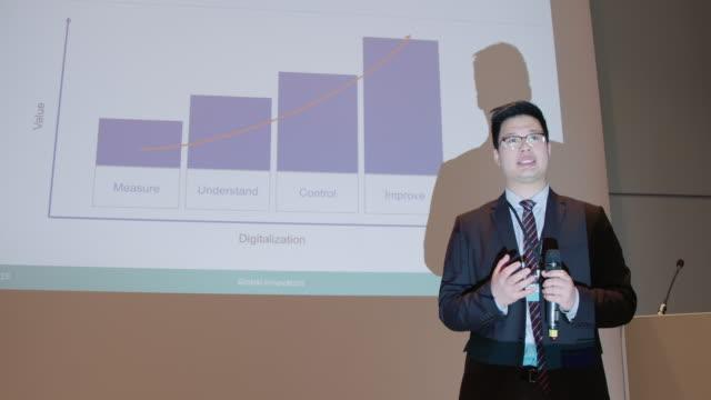 geschäftsmann bei der präsentation während des seminars - vortrag stock-videos und b-roll-filmmaterial