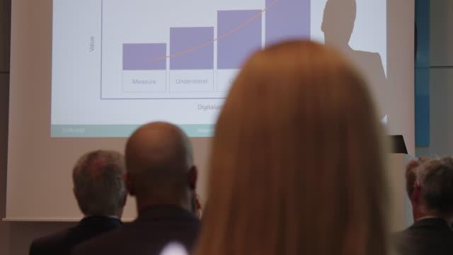 geschäftsmann präsentiert sich dem publikum - rede stock-videos und b-roll-filmmaterial