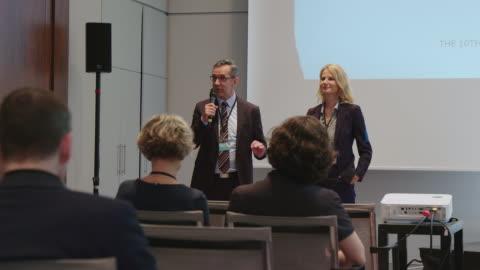 vídeos y material grabado en eventos de stock de empresario dando discurso en conferencia en hotel - conferencia