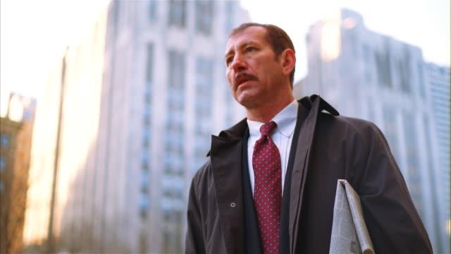 vídeos de stock e filmes b-roll de businessman hailing cab - fato completo