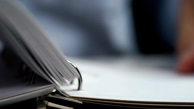 Geschäftsmann Hand spiegeln Papier notebook
