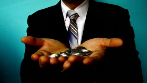 vídeos y material grabado en eventos de stock de empresario mano moneda de retención - manos ahuecadas