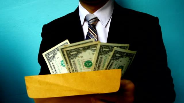 Uomo d'affari mano in possesso di Banconota da USD