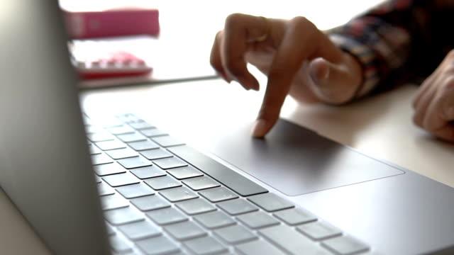 vídeos y material grabado en eventos de stock de manos de hombre de negocios ocupado con laptop en el escritorio de oficina, joven estudiante escribir en computadora sentado en la mesa de madera - hoja de cálculo