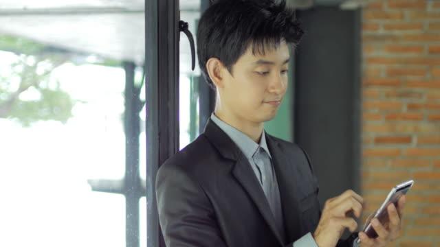 Geschäftsmann Hände berühren Smartphone im Büro