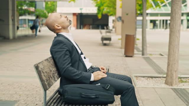 stockvideo's en b-roll-footage met slo mo zakenman die een koffieonderbreking heeft - mid volwassen mannen