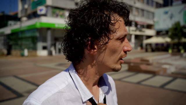 stockvideo's en b-roll-footage met zakenman die een paniekaanval heeft - schizofrenie