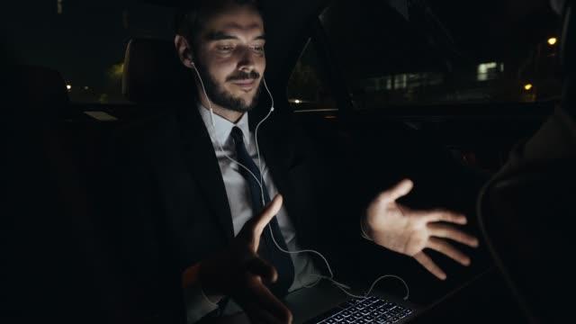 vídeos y material grabado en eventos de stock de empresario tener una video llamada. - conferencia telefonica