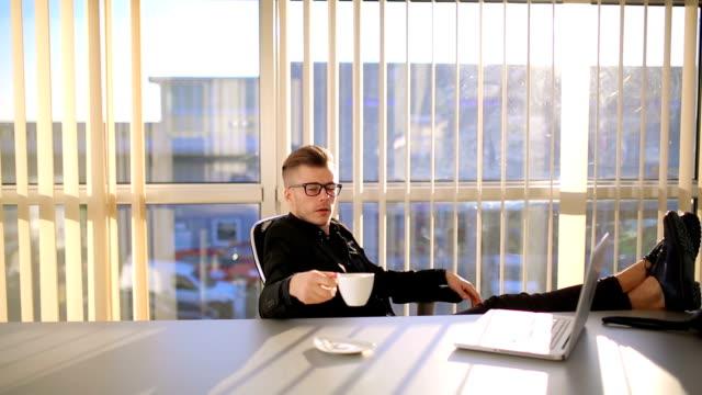 vídeos de stock, filmes e b-roll de empresário, tendo a pausa para o café durante o trabalho no escritório - orgasmo