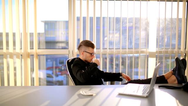 vídeos de stock, filmes e b-roll de homem de negócios ter pausa para café - orgasmo