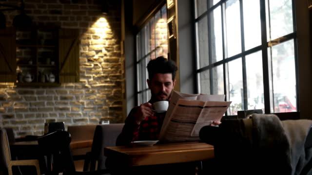 新聞とコーヒーを飲んでの実業家