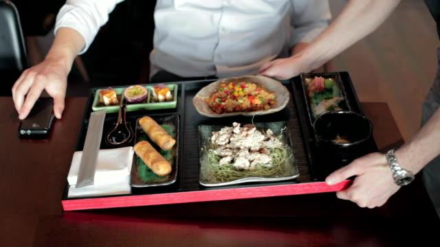 vídeos y material grabado en eventos de stock de empresario tener un almuerzo en el restaurante - bandeja para servir
