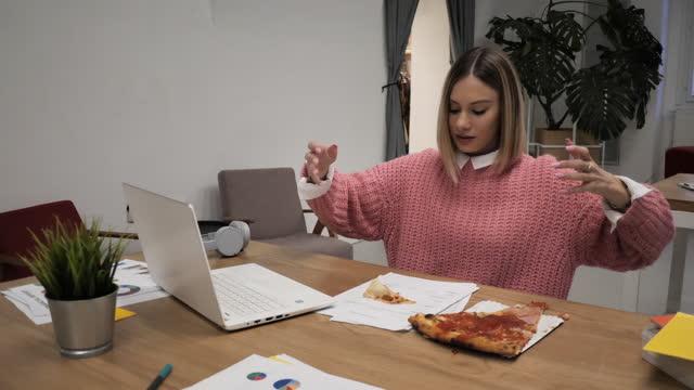 vidéos et rushes de homme d'affaires ayant des méfaits dans le bureau - 18 23 mois