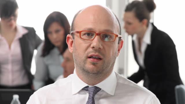 vídeos y material grabado en eventos de stock de hd: hombre de negocios tiene videoconferencia en oficina - conferencia telefonica