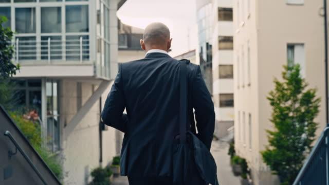 vídeos y material grabado en eventos de stock de slo mo businessman se dirige a trabajar - vista posterior