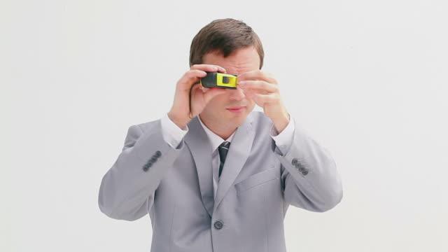 vídeos de stock e filmes b-roll de businessman holding a measuring tape - só um rapaz