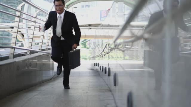 vídeos de stock, filmes e b-roll de empresário se apresse, ele correndo com maleta. - camisa e gravata