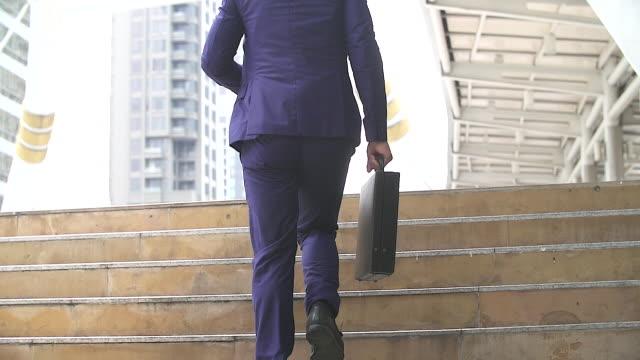 彼は彼のビジネスの予定に遅刻を実行して、急いで実業家。彼の briefcase.case に焦点を当てください。 - 段点の映像素材/bロール