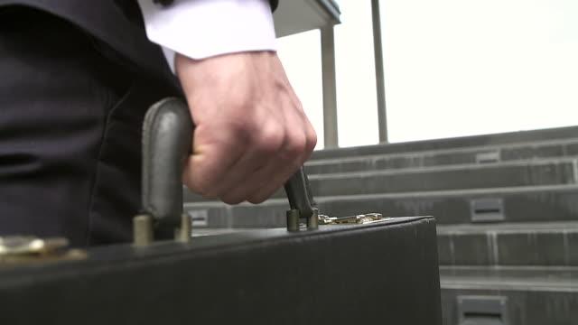 vidéos et rushes de homme d'affaires pressé de courir, il est en retard pour son rendez-vous d'affaires. en se concentrant sur sa mallette. - porte documents