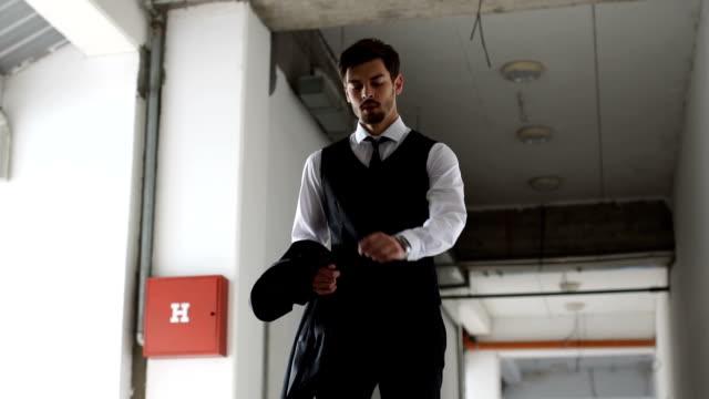 vídeos y material grabado en eventos de stock de empresario con prisa - camisa con botones