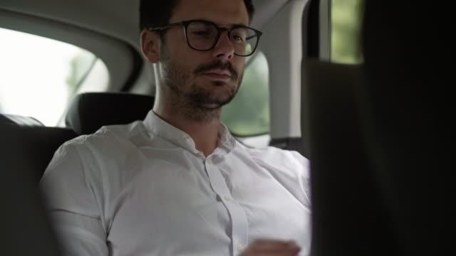 vidéos et rushes de businessman in a taxi/ debica/ poland - vêtement de peau