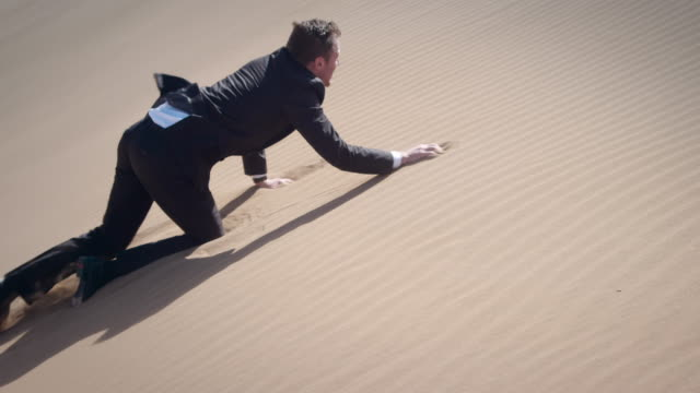 stockvideo's en b-roll-footage met businessman in desert - kruipen