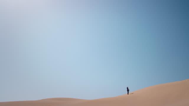 vidéos et rushes de homme d'affaires dans le désert - un seul homme