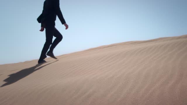 stockvideo's en b-roll-footage met businessman in desert - woestijn