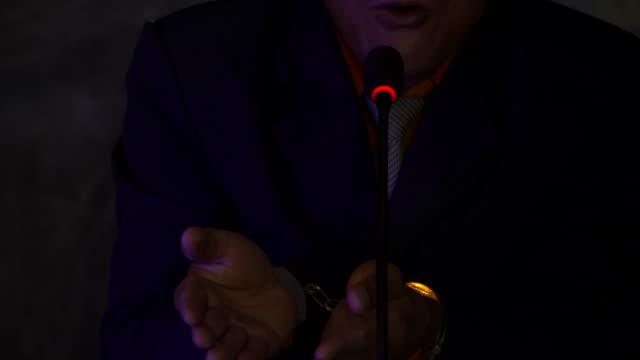 メディアの声明に手錠をかけられたビジネスマン - 政治家点の映像素材/bロール