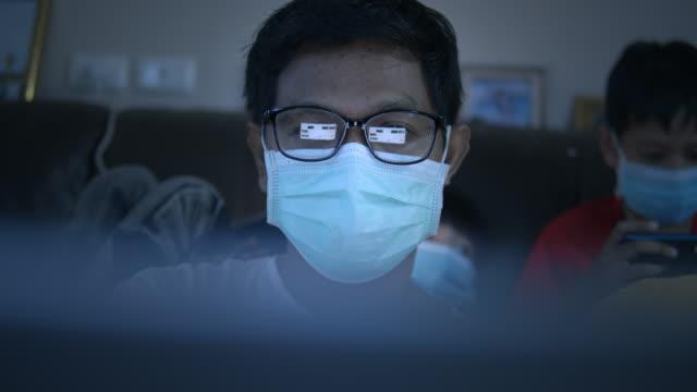 vídeos de stock e filmes b-roll de businessman in medical mask watching information of computer laptop,dolly shot - só um homem maduro