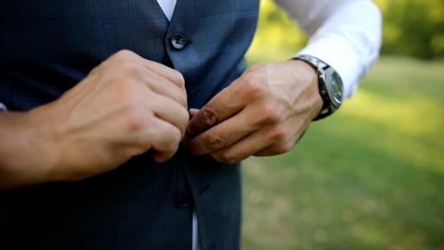 vídeos de stock, filmes e b-roll de homem de negócios na natureza - vestuário de trabalho formal
