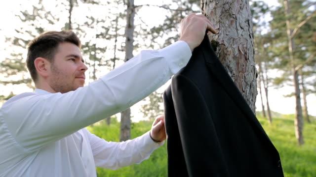 自然のビジネスマン - 収納ラック点の映像素材/bロール