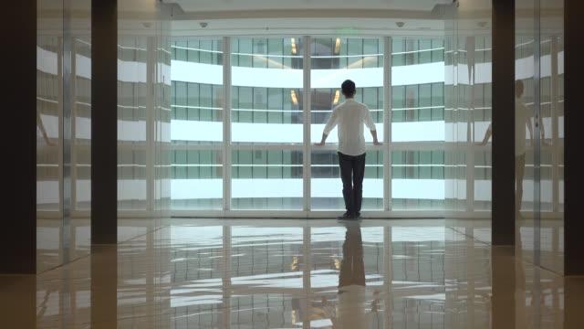 businessman in office building - oberteil stock-videos und b-roll-filmmaterial