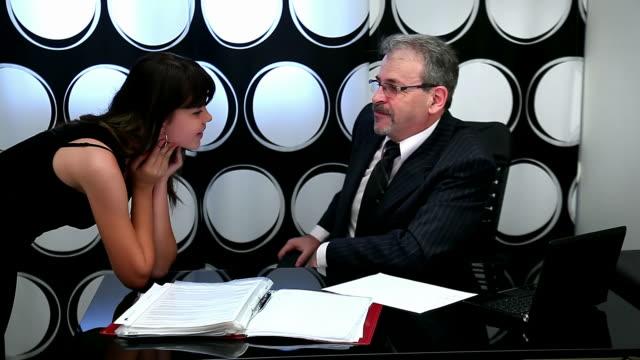businessman in office congratulates his daughter on a holiday - 45歲到49歲 個影片檔及 b 捲影像