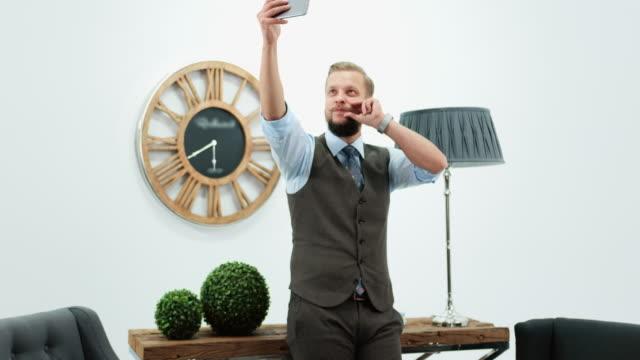 stockvideo's en b-roll-footage met zakenman in bureau - zelfportret fotograferen