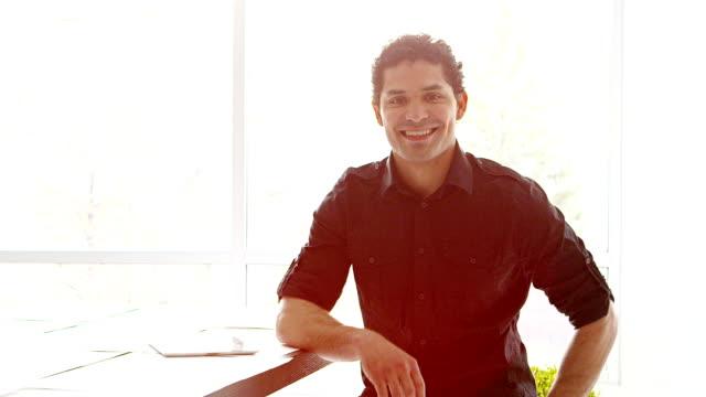 uomo d'affari in ufficio - etnia latino americana video stock e b–roll