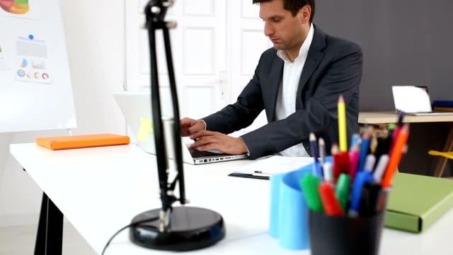 vídeos y material grabado en eventos de stock de empresario en oficina  - vestimenta de negocios formal