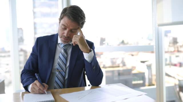 ビューを持つオフィスのビジネスマン - 中年の男性点の映像素材/bロール