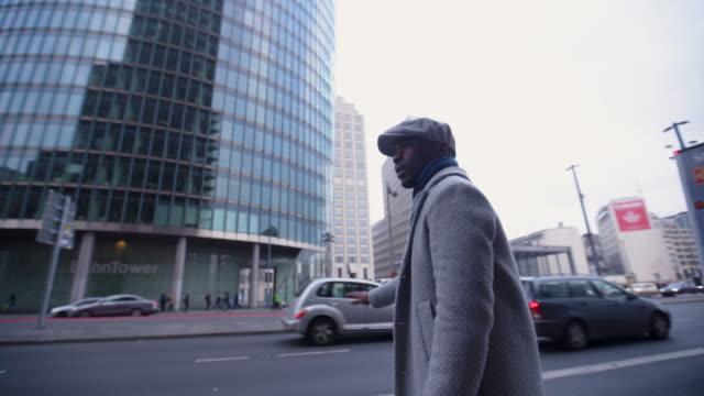 vidéos et rushes de homme d'affaires pressé originaire des taxi - d'origine africaine